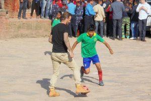 भूकम्प पिडित विद्यार्थीसंग डेभिड बेकह्यामले खेले फुटबल