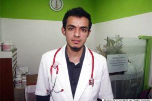 अचम्मका डाक्टर : जसले बिरामीको उपचार गरेपछि पैसा होइन, फोहोर लिन्छन् (भिडियो सहित)