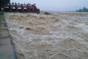 त्रियुगा नदीमा आएको बाढीले सयौ घर डुबानमा, वर्षाको पानी घरमा छिरेको भन्दै चक्काजाम
