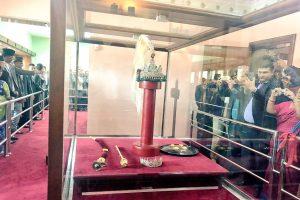 ७ सय ५० वटा हिराका टुक्रा जोडिएको नेपालका पूर्व राजाको श्रीपेचका यस्ता छन् विशेषता