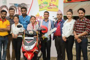 'वाइवाइ मिस उदयपुर' दोश्रो सिजनकि बिजेताद्वारा स्कुटरको चाबी हस्तान्तरण